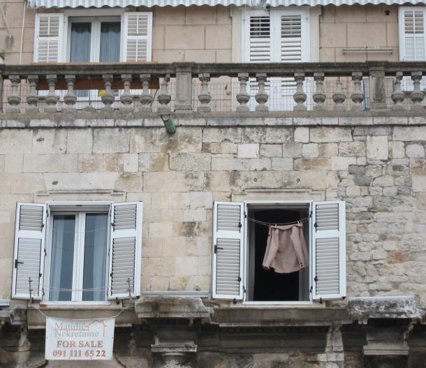 Oglas za prodaju na juznom zidu Dioklecijanove palace