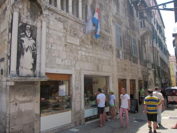 U prizemlju palace Ciprijana de Ciprijanisa iz 14. stoljeca Ispod ure u Splitu otvorio se veliki fast-food