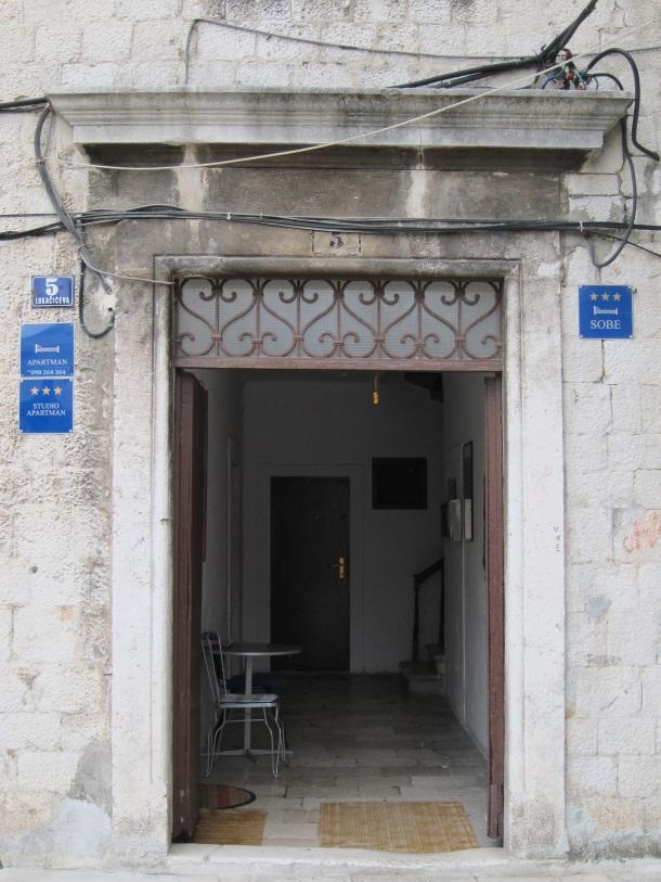 plavim tablicama za iznajmljivanje soba i apartmana preplavljena je stara jezgra Splita