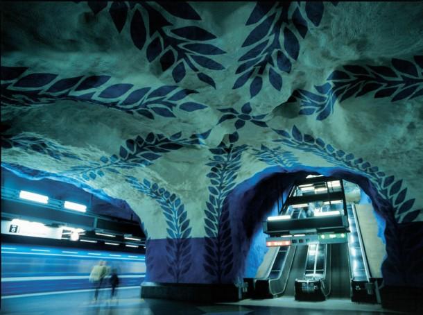 T-Centralen. Många stationer i Stockholms tunnelbana är utsmyckade av vår tids konstnärer. - Many stations on the Stockholm underground have been decorated by modern artists.