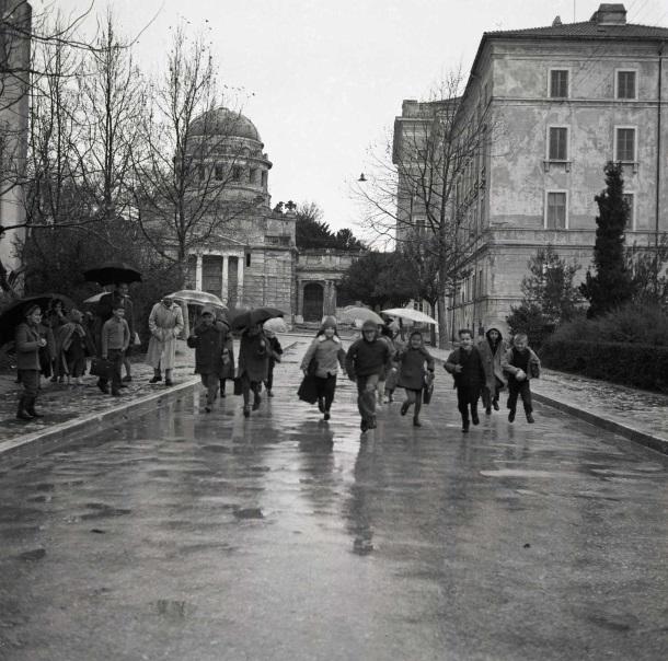 06 Djeca po kiši,  1964.