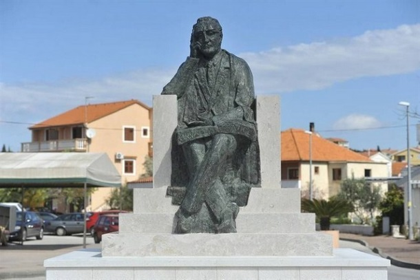 19 spomenik-franji-tudjmanu- pakoštane