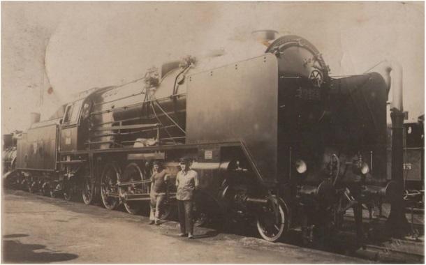 Željezničari i parna lokomotiva serije 06 na kolodvoru u Karlovcu